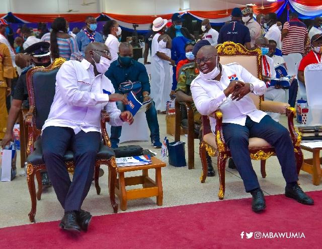Vice President Mahamudu Bawumia (L) and President Nana Akufo-Addo (R)