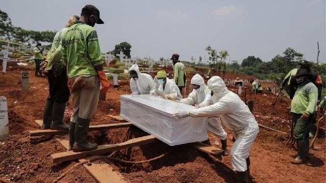 Health officials burying dead covid patients