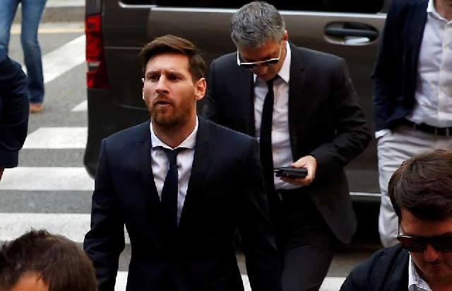 Lionel Messi with his Dad behind